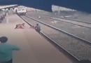 6-vjeçari i ikën nga duart nënës dhe bie në shinat e trenit, punonjësi hero e shpëton në momentin e fundit (VIDEO)