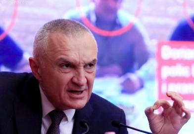 FOTOT: Njeriu që frymëzoi vrasjen në Elbasan, në gjëndje të rëndë psikologjike duke bërë thirrje për luftë