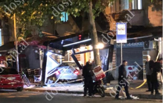 """Ka hyrë tejpërtej në stacionin e autobusit! PAMJET se çfarë shkaktoi 47-vjeçarja në """"Vasil Shanto"""", humbi kontrollin e mjetit dhe…"""